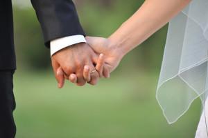 Mani degli sposi con anelli